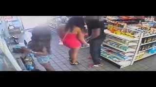 Une femme twerke contre un homme dans une station service