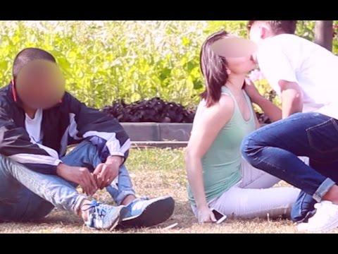 Nadziany typ kupuje namiętne pocałunki od dziewczyn na oczach ich facetów