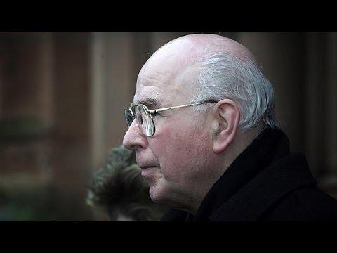 Βρετανία: «Έφυγε» ο ιερέας – σύμβολο της Ματωμένης Κυριακής