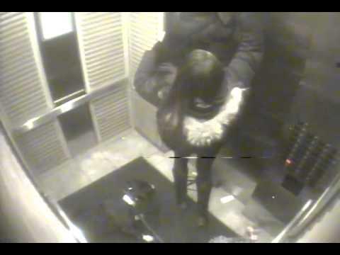 牽狗繩被電梯夾住,狗狗的脖子被頸圈勒住懸空吊了起來!看看這個機智的女人如何拯救她的愛犬。