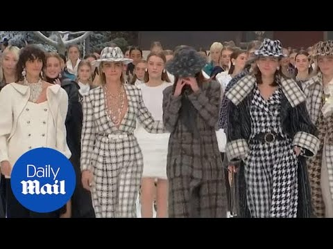 Emotional models walk the runway for Karl Lagerfeld's final collection видео