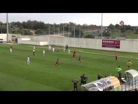 VIDEO: Portugees talent schiet bal perfect in winkelhaak