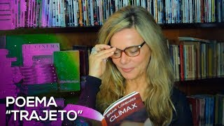"""Bruna lendo um dos poemas do seu livro CLÍMAX """"Trajeto""""."""