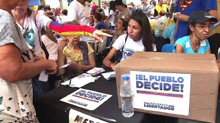 Knapp 7,2 Millionen Venezolaner haben nach Angaben der Opposition an der Volksabstimmung über die umstrittene Verfassungsreform von Präsident Nicolás Maduro teilgenommen. Vor einem Wahllokal kam es zu einem Angriff auf wartende Wähler. Eine Frau wurde getötet.