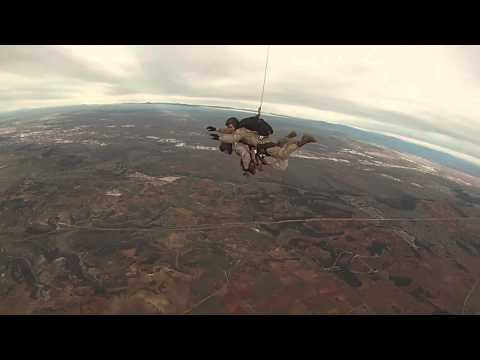 Primer salto en paracaidas de un equipo canino