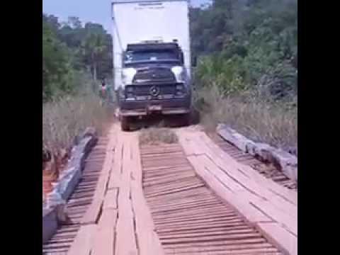 Ponte quebra e caminhão cai dentro do rio