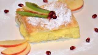 Gasiti reteta aici: http://www.mondocucina.ro/content/Cremsnit.aspxUn desert foarte cunoscut si apreciat la romani, cremsnitul este un deliciu incontestabil. Crema de vanilie si lapte este foarte fina si apetisanta.