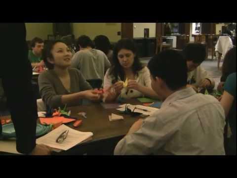 Schüler erstellen Origami-Kraniche als Teile der Friedens-Initiative