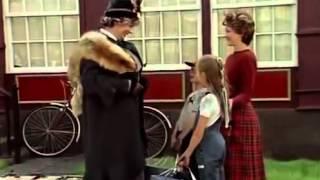К семейству Бэнкс приезжает няня детства мистера Бэнкса, злая няня мисс Эндрю. Сам мистер Бэнкс позорно сбегает. Няню встречает миссис Бэнкс и дети. Дети обз...