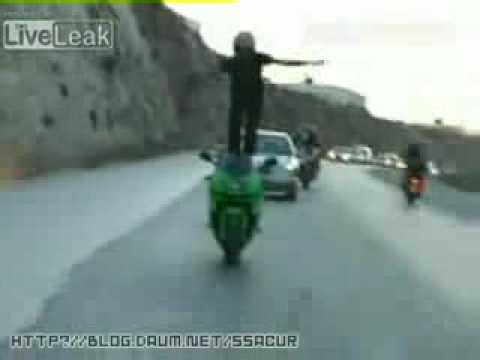 特技猛男在公路上甩帥的慘痛代價…好痛阿!
