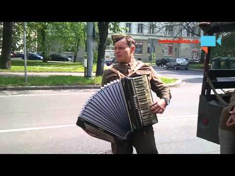 Ruská armáda se umí i bavit - harmonikář to váli.