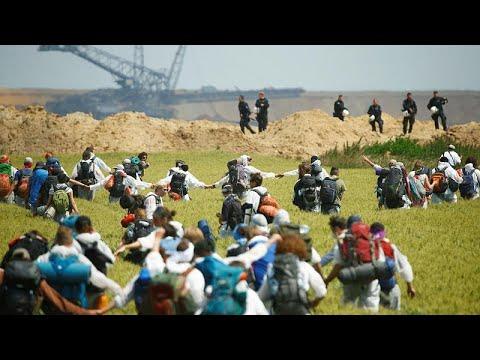 Klimaproteste: Demonstranten durchbrechen Absperrungen in den Tagebau Garzweiler