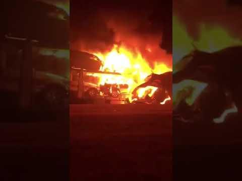 مقطع فيديو متداول يظهر لحظة احتراق شاحنة بالكامل تحمل عدداً من السيارات