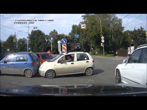 Frau zeigt Mittelfinger und baut Unfall
