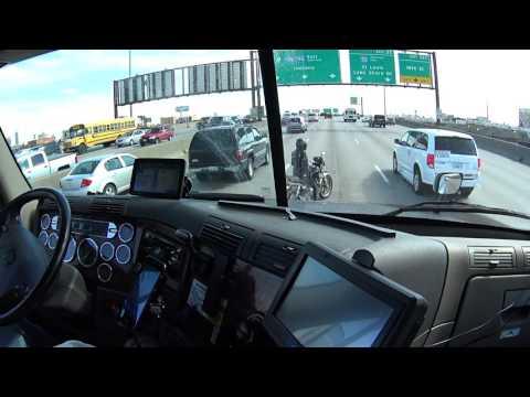 Cuando te quedas sin gasolina en medio de una gran autopista y el camionero te espera para salvarte