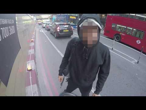 Rowerzysta mając dość pieszych na ścieżce rowerowej postanowił zainwestować w klakson