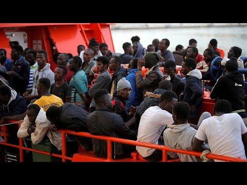 Weiteres Schiff mit Migranten wartet vor Itali ...