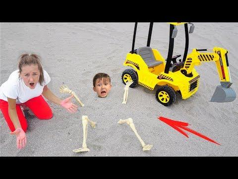 Сеня и Мама Сонные Играют c Трактором в Песке Видео Для детей