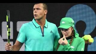 Open d'Australie 2016 - Alors que Jo-Wilfried Tsonga mène 2 sets à 0 contre Omar Jasika, une ramasseuse de balles reçoit une balle sur le nez... Sous les app...