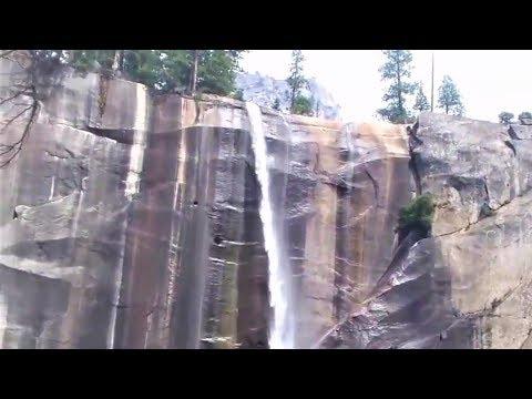 Mus hiking ua si nyob rau Yosemite National Park