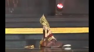 Video Miss Grand Thailand 2017 Contestant Falls On Stage MP3, 3GP, MP4, WEBM, AVI, FLV November 2017