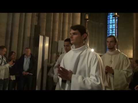 notre - Notre Dame de Paris, samedi 18 mai 2013. 20H30. Vigile de Pentecte. Sonnerie du petit solennel. Arrive des fidles. Procession des prtres.