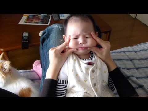 媽媽捏嬰兒臉頰捏得太開心,鬆開手的那一刻小孩竟然擺出讓人笑到肚痛的表情!