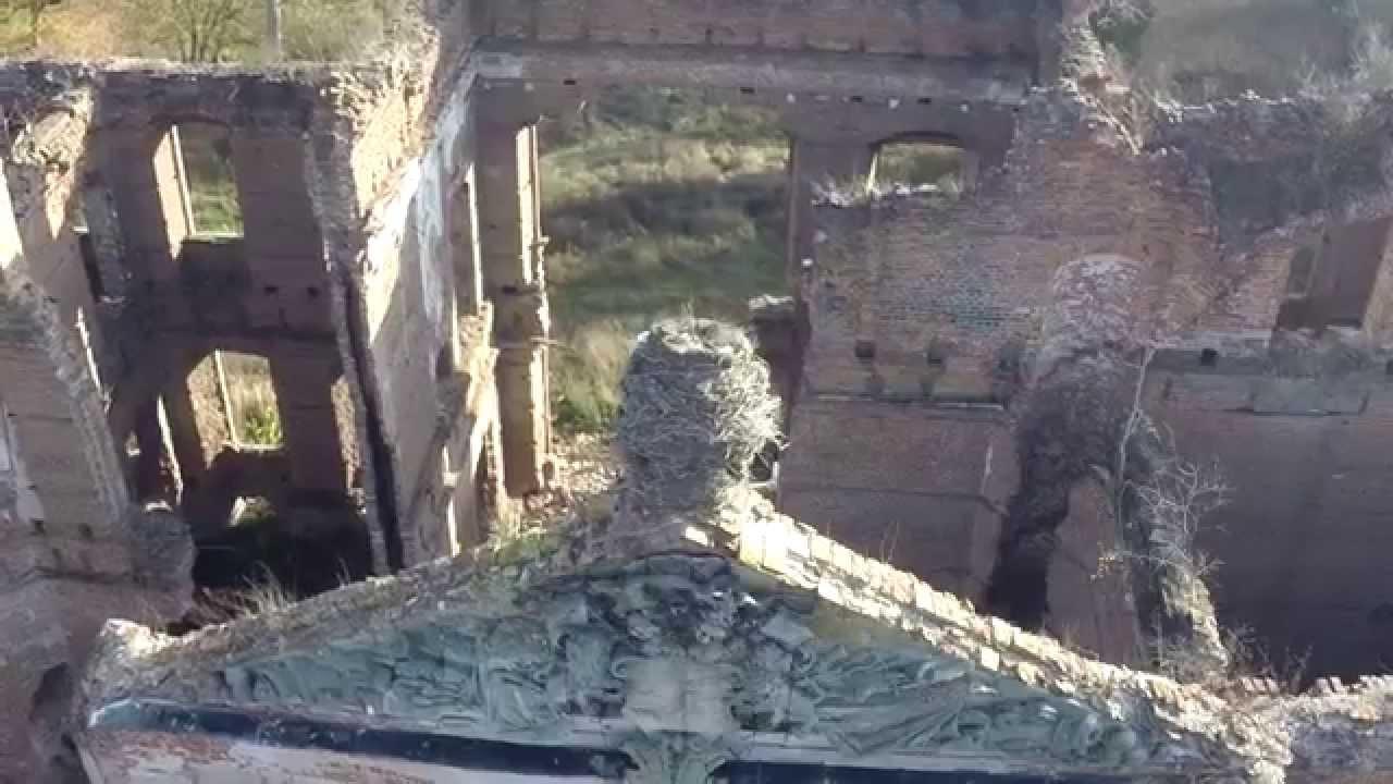 Krótki filmik prezentujący ruiny późnobarokowego pałacu rodu Finckensteinów w Kamieńcu, budowanego na zlecenie Conrada Fincka von Finckenstein w pierwszej połowie XVIII, zniszczonego 22 stycznia 1945 r. przez Armię Czerwoną.