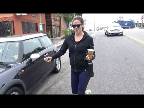Jennifer Garner Steps Out For Coffee After Calling Off Divorce