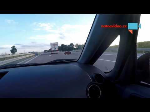 Hořící auto na dálnici v Německu
