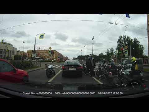 Байкеры напали на водителя, им показалось, что он их подрезал. Получился махач
