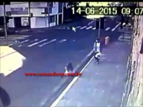Ladrão joga mulher ao solo e rouba bolsa