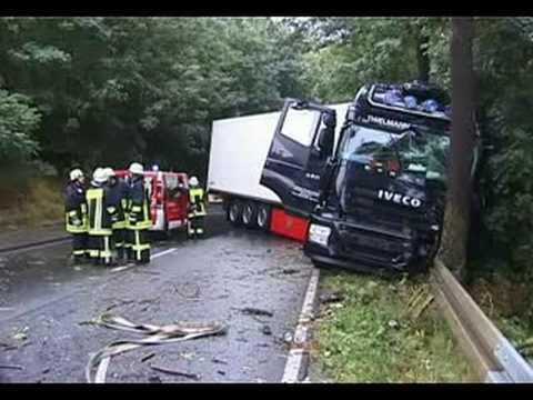 Dorfitter: Lkw-Unfall, Fahrer schwer verletzt