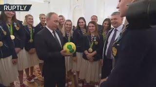 Женская сборная России по гандболу подарила Путину мяч