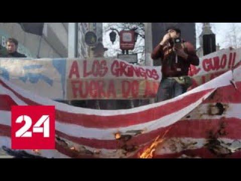 В Чили демонстранты сожгли полотнище, похожее на флаг США