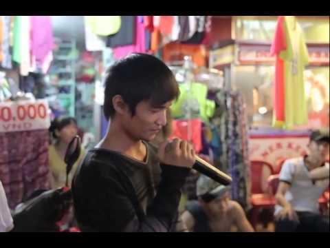 Lệ Rơi gây Bão trên đường phố Sài Gòn với ca khúc Em Của Ngày Hôm Qua (видео)