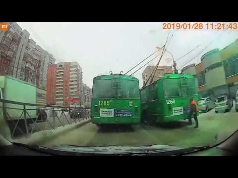 Водитель троллейбуса забыл как работает электротранспорт и попытался обогнать коллегу