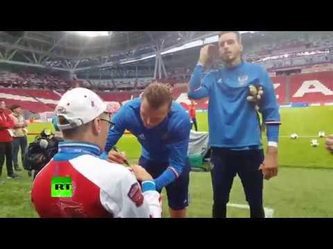 Сборная России подарила мяч с автографами страдающему ДЦП болельщику - DomaVideo.Ru