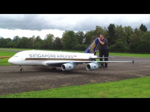 他將花了5000小時自製的A380客機模型擺到跑道上,幾分鐘後…大家都被震撼到放聲尖叫!