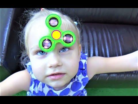 Алиса купила Фиджет СПИННЕР ! Классная детская площадка Children's Playground Alice bought a Spinner (видео)