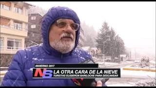 TURISTAS DISFRUTANDO DE LA NIEVE EN BARILOCHE