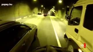 Közlekedés biciklivel az autók között