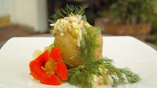 Geräucherter Lachssalat mit Leinöl, selbstgemachter Mayonnaise auf Pellkartoffel