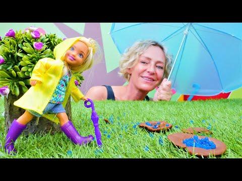Puppenvideo für Kinder - Chelsea spielt im Regen - Spielzeugvideo mit Nicole