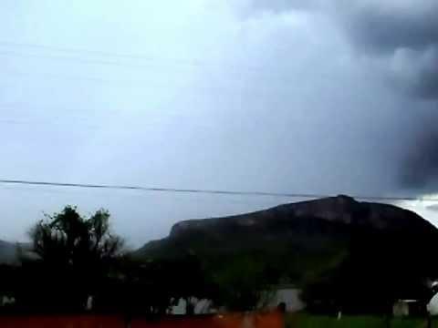 Chuva chegando ao morro de chapéu em Caraíbas