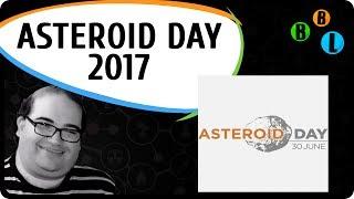 Essa semana, no dia 30 de Junho, se comemora o Asteroid Day.Essa data foi escolhida, não por acaso.No dia 30 de Junho de 1908 em Tunguska na Sibéria Russa, um grande objeto se chocou com a Terra, estima-se que o objeto tinha seus 40 metros de diâmetro, e o estrago, devastou uma área maior que a cidade de Londres. Por sorte, poucas pessoas moravam ali. Esse foi, o último grande asteroide que caiu na Terra e que teve, digamos uma consequência catastrófica.Em Fevereiro de 2013, sobre a cidade de Chelyabinsk também na Rússia, um bólido passou riscando os céus, e a onda de choque da explosão feriu mais de 1000 pessoas no solo, partes do bólido foram encontradas num lago congelado. O tamanho desse bólido, aproximadamente 20 metros, ou seja, metade do tamanho do objeto de Tunguska.O último grande evento de extinção causada por um bólido espacial, todos devem saber, aconteceu a cerca de 65 milhões de anos atrás, quando um asteroide de 10 km de diâmetro colidiu com a Terra e acabou com os dinossauros, pelo menos com aqueles que não voavam.A Terra está aí, vagando pelo espaço e diariamente é atingida por uma grande quantidade de rochas espaciais, porém bem pequenas, muitas delas visíveis riscando a atmosfera, os chamados meteoros, ou no linguajar popular, estrelas cadentes.Atualmente existe um grande esforço em mapear e vigiar o céu, pelo simples fato de que não temos ainda nenhum sistema de defesa eficiente para nos livrarmos de um grande objeto a caminho da Terra.Os cientistas dizem que tem 90% dos grandes asteroides de tamanho quilométrico, do mesmo porte do que acabou com os dinossauros, estão mapeados.MAs o problema são os menores, entre 15 e 140 metros, esses podem causar sério danos e são mais difíceis de serem mapeados.Uma estatística básica, a cada 100 milhões de anos acontece um evento de extinção como o dos dinossauros, e a cada 100 anos aproximadamente acontece um evento como Tunguska e Chelyabinsk, e se você colocar isso a prova bate bem, Tunguska, 1908, Chelyabi