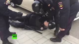 Во время несогласованной акции в Москве пострадал полицейский