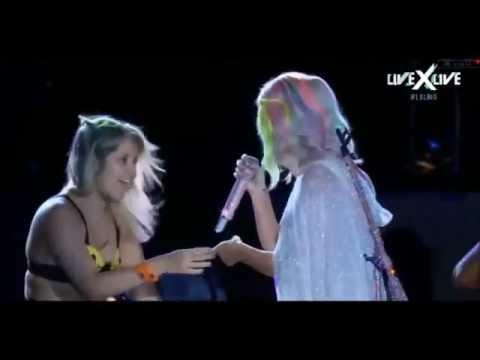 تحرش إحدى معجبات كاتي بيري بها على المسرح في البرازيل