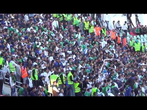 (((فيديو ))) بسبب البطالة.. جمهور الرجاء يحتج بطريقة معبرة داخل الملعب