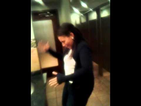 Bathroom Boogie!! (видео)